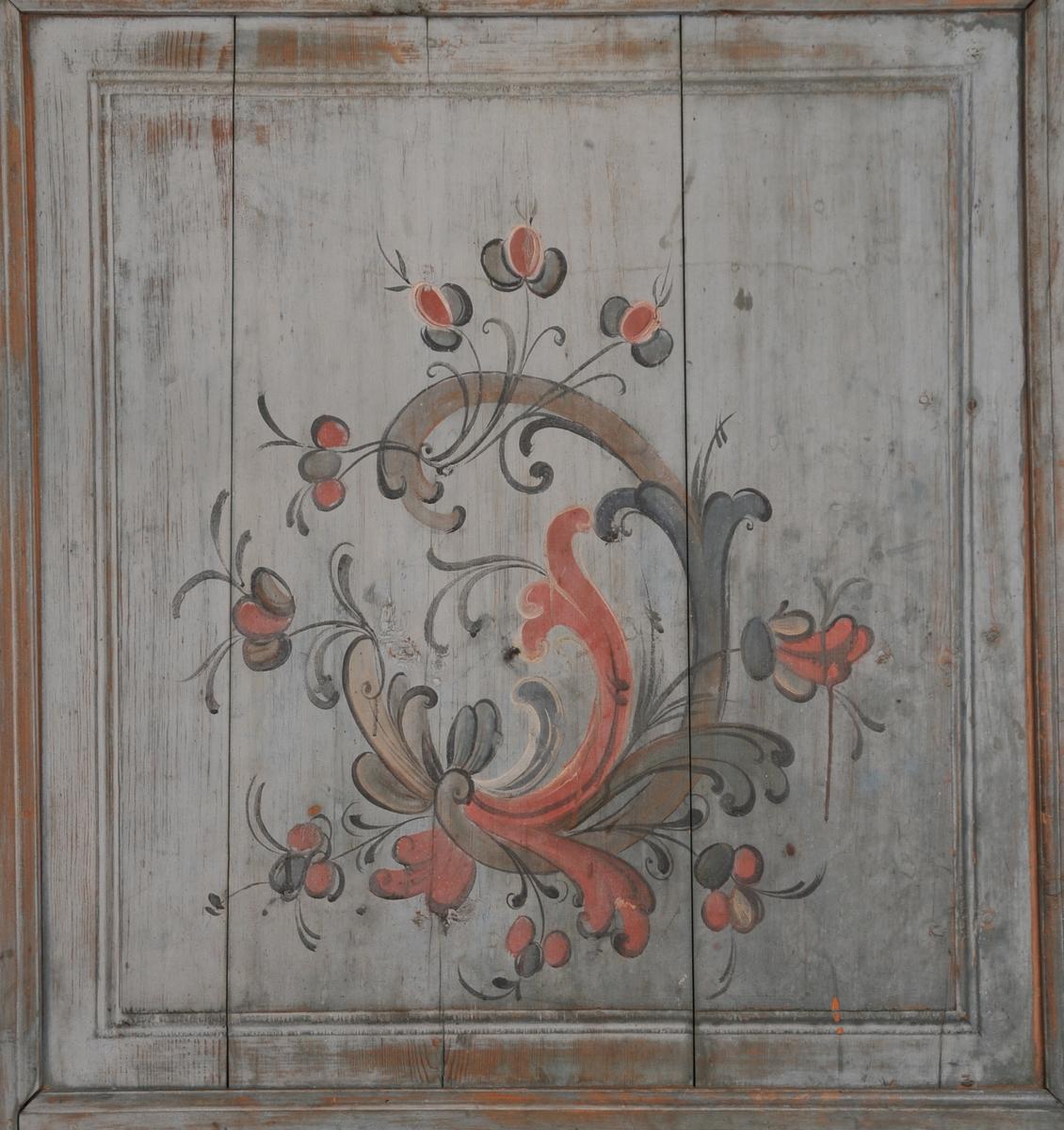 Dør med to fyllingar, låskasse og hengsl. Dekormaling på begge sider, ei med rosemåling og ei med figurmaling.