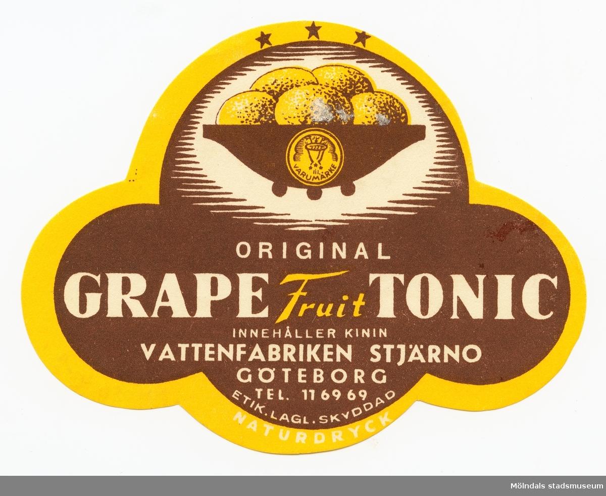 Molnformad etikett med texten: Original Grape Fruit Tonic  innehåller Kinin  Vattenfabriken Stjärno Göteborg Tel. 11 69 69. Etik.Lagl.Skyddad Naturdryck  Ingår i samling av 14 etiketter från Vattenfabriken Stjärno.