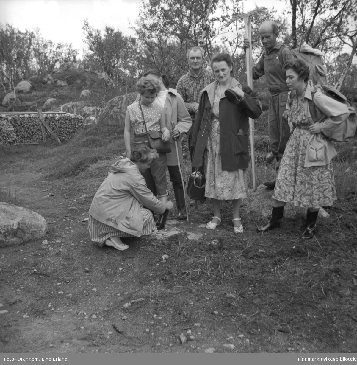 Syv personer på tur i terrenget. De er, fra venstre: Sonja Lappalainen, Turid Karikoski, ukjent, Søren Gabrielsen, ukjent, Uuno Lappalainen og Jenny Drannem. Stedet kan være Luolajärvi i Finland.