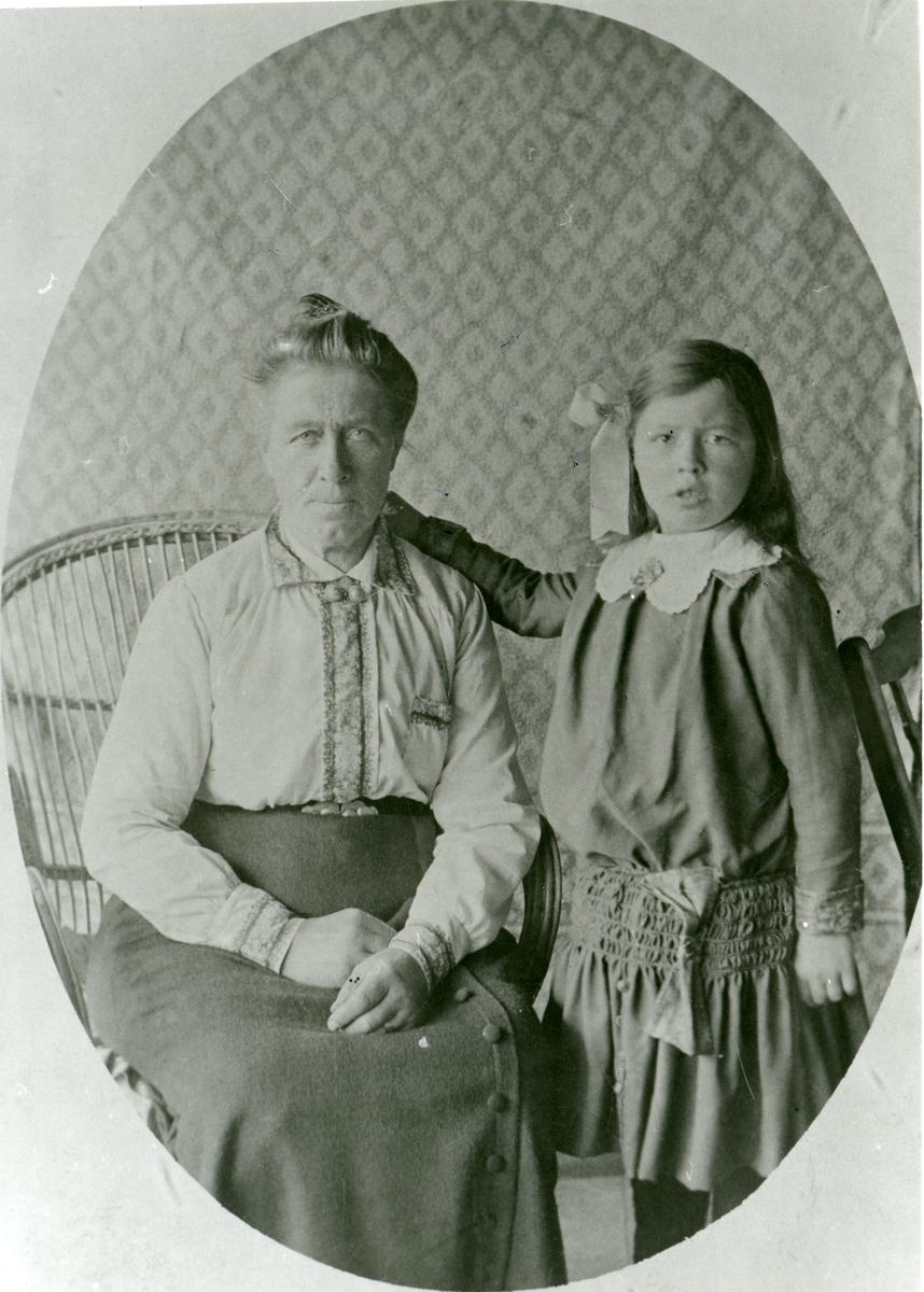 Portrett av Inger Hoff sammen med vesle-Inger. Reinli.