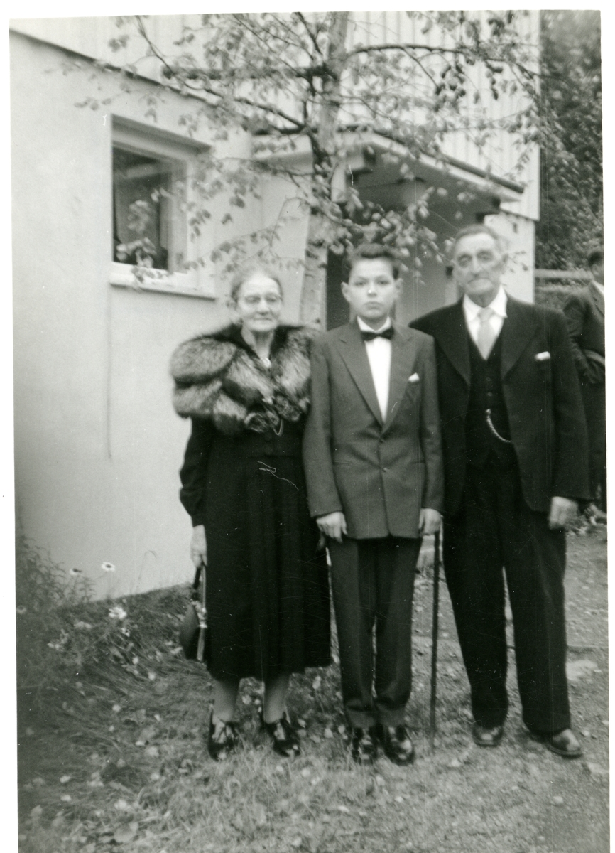 Portrett av Arne Hoff og hans kone Anne Hoff i deres barnebarns konfirmasjon, 1959.