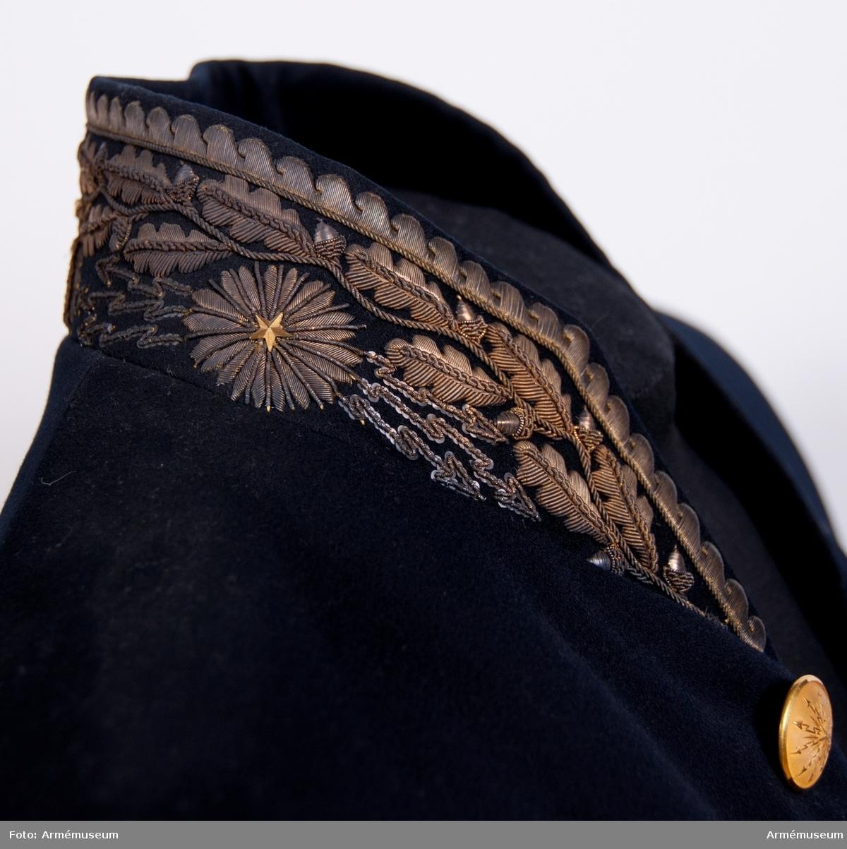 Grupp C I. Enligt generalorder 20/1 1823. Ur uniform för fortifikationskassör, bestående av frack,  långbyxor, väst, trekantig hatt.