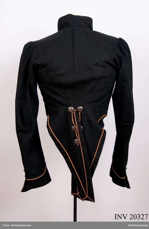 """Grupp C I. För officerare vid 4. (senare 7.) Kinburna dragonregementet  (1. regementets 7. kavalleridivision); efter år 1829. Av tunt mörkgrönt kläde. Enkelknäppt. Gul passpoal och nio knappar av vit metall med siffran """"4"""" på knapparna. Foder av grönt tyg. Krage av mörkgrönt kläde med gul passpoal på övre kanten. Kragen fodrad med mörkgrönt kläde, sammanknäppt med tre hyskor och hakar. Passpoal av gult kläde vid knäppningen, runt nedre kanten ovh på kragens övre kant. Skört, långa, med gul passpoal runt omkring och två fickor. Runt ficklocken passpoal av gult kläde. På ficklocken sex knappar av vitmetall. På insidan av det ena skörtet finns en ficka. Ärmuppslag av mörkgrönt kläde med  kavallerivinkel och sprund. På vinkelns övre kant passpoal av gult kläde. På sprunden två små knappar med 4. LITT  F von Stein. Geschichte des russischen Heeres, Hannover, 1885, sida 335 f. Den 26 augusti 1817 fick dragonerna en enradig rock med nio  knappar enligt nya reglementet. B Söderholm, Livgardets 2. artilleribrigads historia, Peters- burg, sida 81: År 1829 fick gardesregementet en dubbelörn och övriga arméregementen regementsnummer på knappar. (Gournal, """"Kläder och beväpning i ryska armén"""", DeL xxv. Sid. 80.) På baksidan av knapparna står två ord: första  ordet med ryska bokstäver och andra ordet med latinska. Se bilaga."""