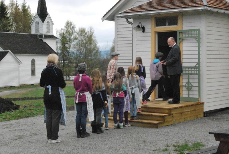 Skoleklasse på vei inn til skoletime i Leet-Cristopher skolen på Migrasjonsmuseet (Foto/Photo)