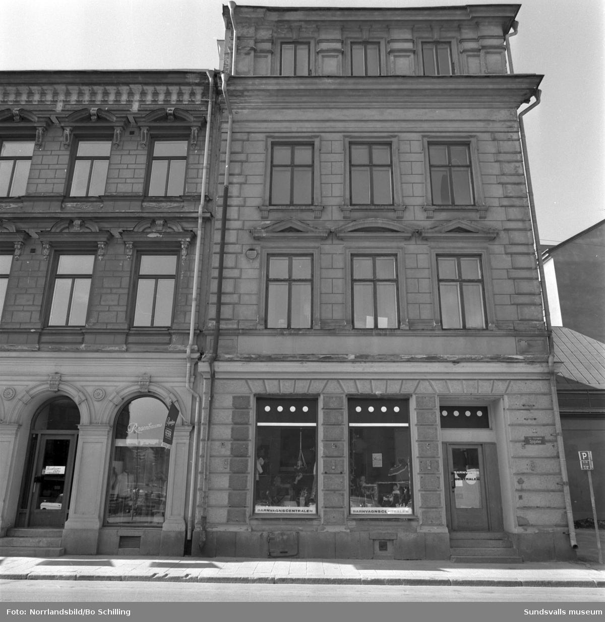 Fastigheten vid Sjögatan 13, numera riven, med Barnvagnscentralen i gatuplan.