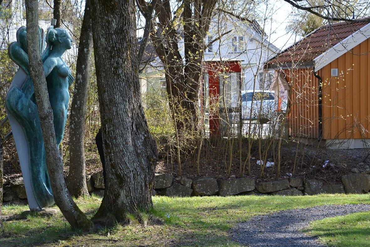 Denne telefonkiosken står på torget i Hvitsten, og er en av de 100 vernede telefonkioskene i Norge. De røde telefonkioskene ble laget av hovedverkstedet til Telenor (Telegrafverket, Televerket). Målene er så å si uforandret.  Vi har dessverre ikke hatt kapasitet til å gjøre grundige mål av hver enkelt kiosk som er vernet.  Blant annet er vekten og høyden på døra endret fra tegningene til hovedverkstedet fra 1933. Målene fra 1933 var: Høyde 2500 mm + sokkel på ca 70 mm Grunnflate 1000x1000 mm. Vekt 850 kg. Mange av oss har minner knyttet til den lille røde bygningen. Historien om telefonkiosken er på mange måter historien om oss.  Derfor ble 100 av de røde telefonkioskene rundt om i landet vernet i 1997. Dette er en av dem.