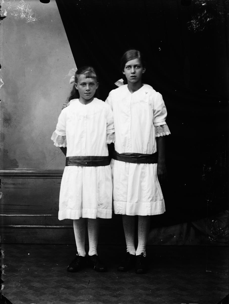 Ateljéporträtt - två flickor, Alunda, Uppland