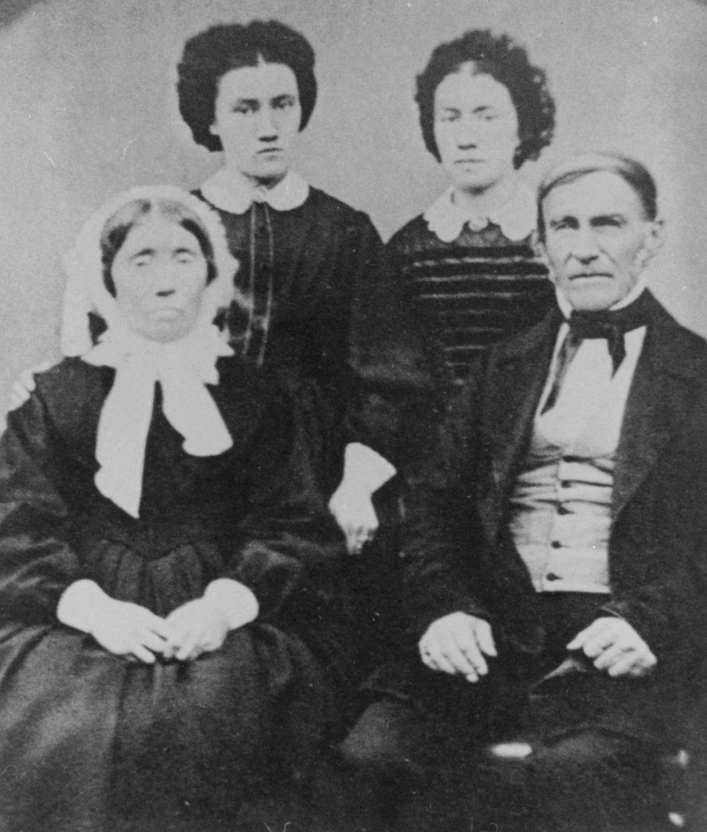 Bildet viser Andreas Esbensen 2. med kone Erike Lorenze og dødrene Grethe Sophie og Erikke Andrea, som giftet seg med handelsmann Johan Dahl.