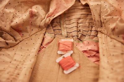 Nærbilde av del av kjolen (Foto/Photo)