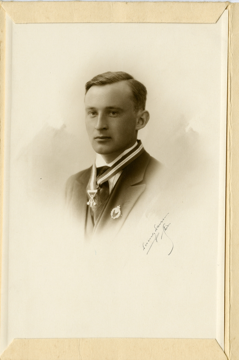 Portrett av Ivar Antonsen Islandsmoen. I 20-års alderen.