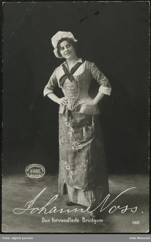 """portrett, kvinne, skuespillerinne, rollebilde, Pernille i """"Den forvandlede brudgom"""" på Nationaltheatret, stående helfigur, kostyme"""