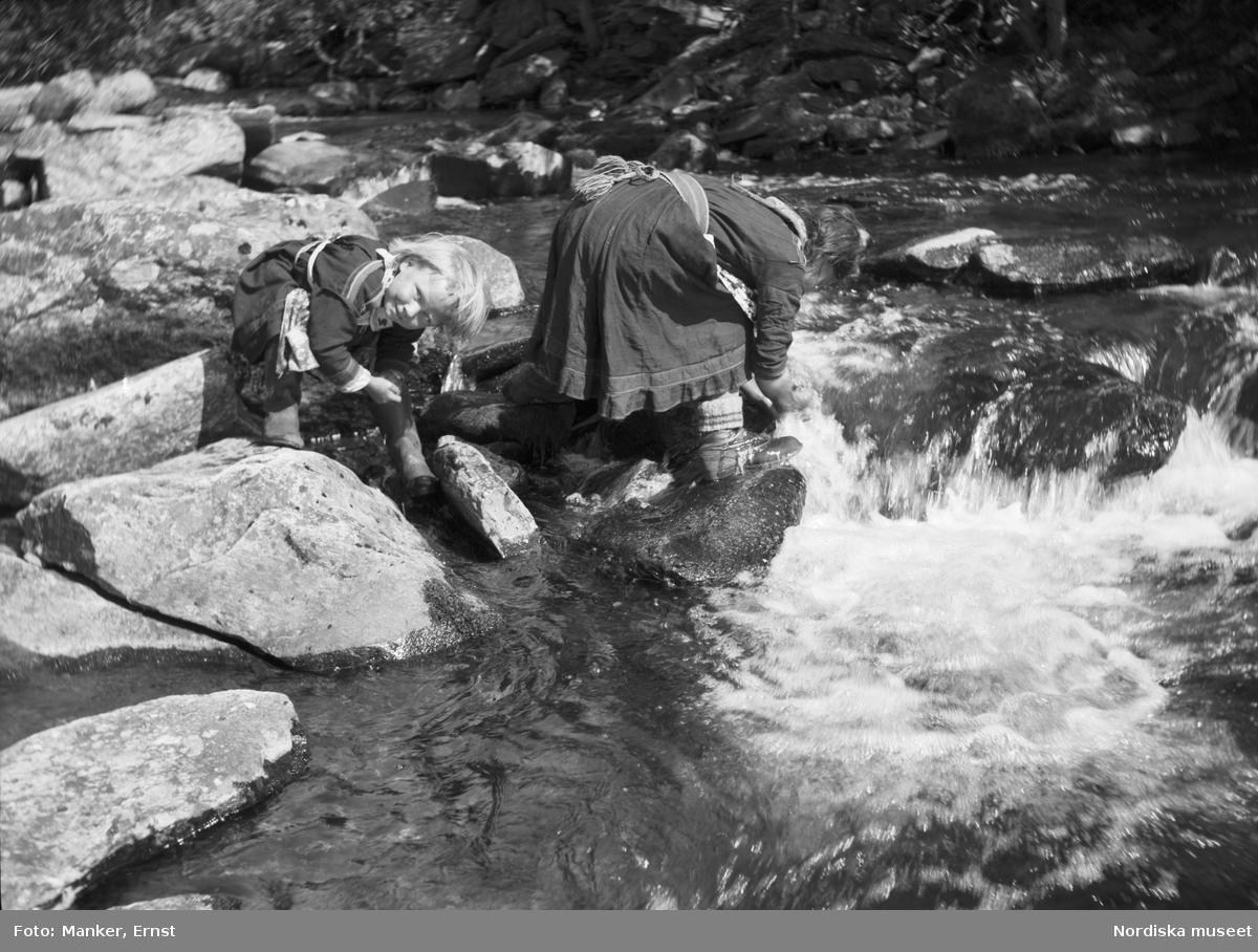 Morgontoalett i bäcken vid Mellersta vistet i Ritsemjokk. Två små flickor, Sjaunas döttrar, tvättar sig i vattnet.