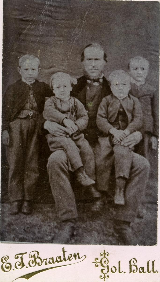 Familiefoto av Trond Hansen Islandsmoen med sønnene.