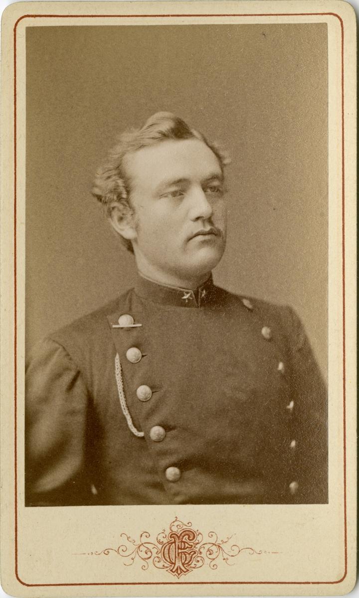 Porträtt av Gustaf Ferdinand Edgren, underlöjtnant vid Värmlands regemente I 22. Se även bild AMA.0007157.