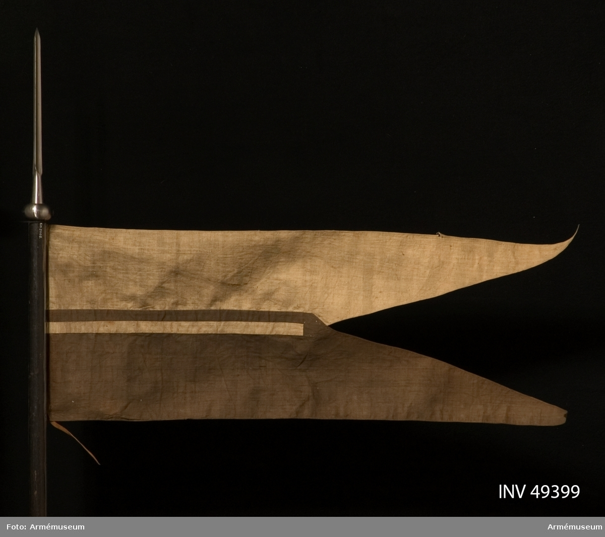 Grupp D I. Flagga till lans, projekt 1838. Flaggan är tvåtungad, vit upptill och svart nedtill samt hålls  fast vid lansen av tre järnöglor, genom vilka en rem av brunt  läder dragits.
