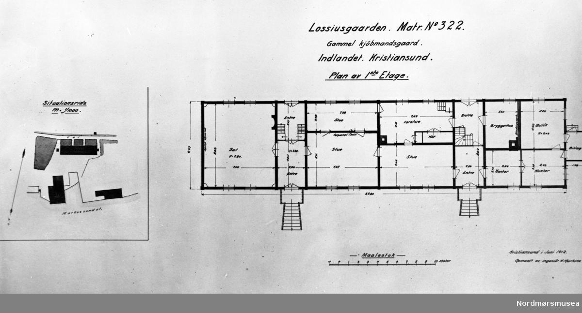 """Plan av første etasje i Lossiusgården.  Bygningen er oppmålt (og rommene navnsatt) av ingeniør Karl Martens i 1912.  Den vesle butikken mot vest har disk med skuffer og hyller på veggene. De innvendige dørene i huset er nye.  Den vestlige entréen har en list i 35 cm høyde fra gulvet, men ikke fotpanel.  Veggene sammesteds har synlig trepanel med over- og underliggere.  Forstuen øst for gangen savner fotpanel.  I dette rommet er det innredet noen små kott.  Taket i forstuen er nytt.  Fra det største av de omtalte kottene er nedgang til kjeller gjennom en lem i gulvet.  Forstuens vegger er dekket med synlig panel;  ved trappen fra forstuen opp til andre etasje er veggen dekket av tapet av gul-malt lerret.  Denne trappen har ikke sitt opprinnelige utseende.   Vinduslistene i andre etasje er av omtrent samme art profil som i første etasje for dørlister, bare i mindre målestokk, idet bredden er 10 cm mot dørlistens 15 cm.  Taket over hele andre etasje har synlige bjelker. I andre etasje er rommet over den store salen lengst i øst (se planen) delt i 3 rom med brystpanel i 75 cm høyde målt fra gulvet og dørlister av samme profil som det finnes eksempel på i nedenunder.  I disse tre rommene har taket synlige bjelker.  Høyden under taket er 2,35 m.  Flere værelser i andre  etasje har brystpanel. Høyden i gangen oppe er 2,26 m.  Om dette hus beretter gårdens eier, konsul Lorentz  A. Lossius i 1912: """"Den på planen like øst for den vestlige entre beliggende spisestue var tidligere delt i to, hvorav den største del  - 2/3 av den nåværende spisestue -  var krambod, og den anden mindre del utgjorde spiskammer og litt av kjøkkenet; dette kjøkken innbefattet den gang også den nåværende forstue. Slik var det i min barndom;  dette erindrer jeg.  Entreen mot øst hadde i min barndom ingen avpanelet vegg i midten;  den gikk den gang udelt tvers over huset;  dette husker jeg.»     -- Katalog over bilder av eldre gateparti, bygninger og bygningsdetaljer i Kristiansund. Bildene er bekostet """