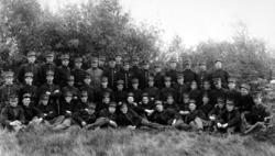 Befal og rekrutter ved Værnes eksersisplass per 1921. På bil