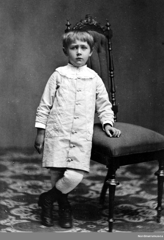 Portrett av en ukjent ung gutt, muligens fra Kristiansund, eller med tilknytning til Nordmøre. Datering og fotograf er ukjent. Fra Nordmøre Museums fotosamling.