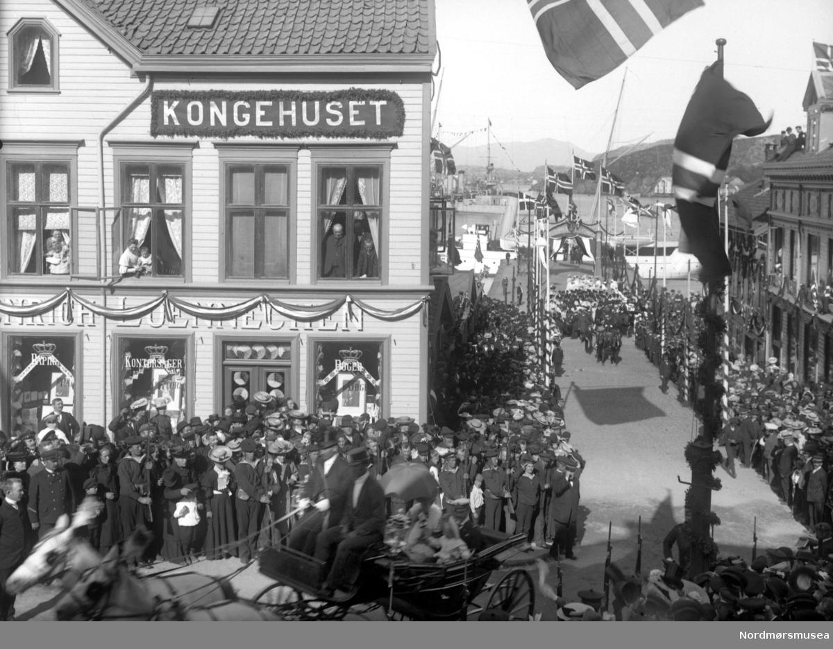 Et bilde fra kroningferden for den Norske Kongefamilie i 1906, da Hans Majestet, Kong Haakon VII, ble kronet til Norges Konge i Nidarosdomen i Trondheim, den 22. juni 1906. Bildet er fotografert fra hvor vi finner Kaibakken i dag, den 18. juni 1906. Kongefamilien var da i Kristiansund, på vei til Trondheim hvor kroningen skulle foregå. Nordmøre Museum Kilde: http://www.kongehuset.no Kilde: http://www.tk.no/nyheter/article2061954.ece