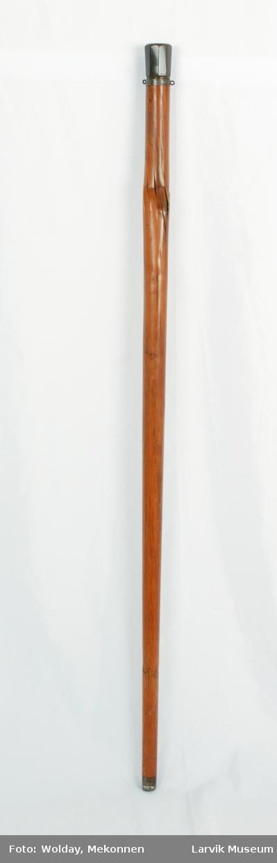 Form: paraplydelen består av messing,jern og hvalross  eller elfenben i håndtaket, jern i spiler og stang, messing i spileleddene. håndtaket består av messing og bein. jernring med to øyebolter på toppen av stokkens tredel. ...16: gråaktig.paraplyen er sort..