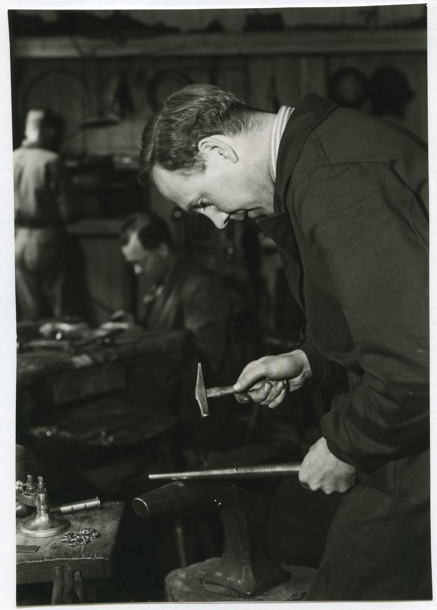 Verkstaden hos juvelerare Gunnar Svensson vid Larmgatan i Kalmar, 1940-talet.