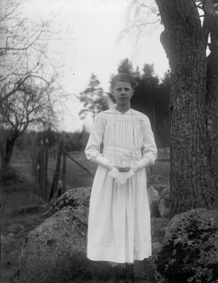"""Tyra Mälberg """"ute i det fria"""", Grinda, Torstuna socken, Uppland 1920"""