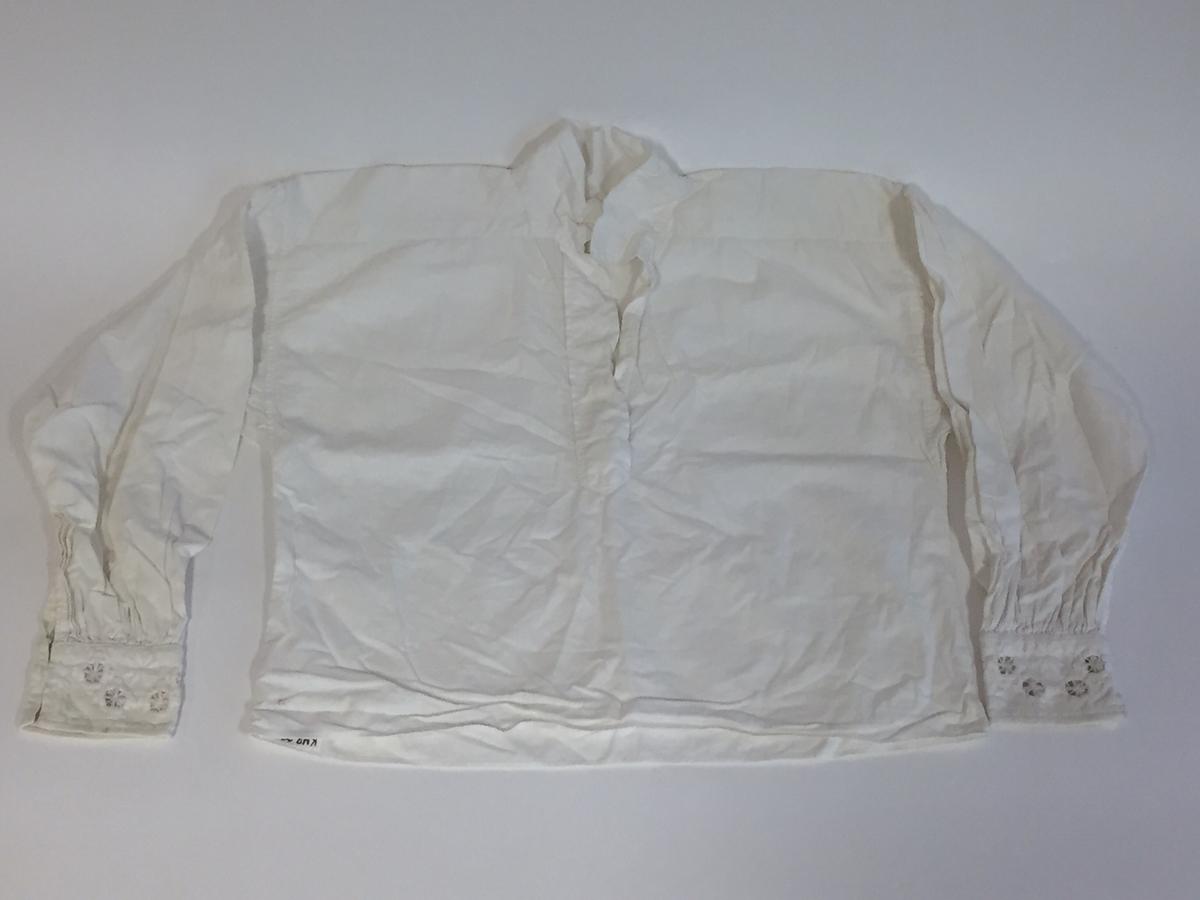 Lue, bryststykke/bringeduk og belte (C) til hardangerbunad, forkle (E) og skjorte (D) med hardangersømdetaljer.