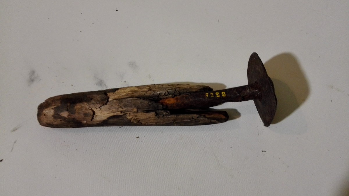 2 baatskraper (8287 - 88).  To baatskraper av jern med træskaft. Alm. type.  Gave fra husmand Ole M. Pladsen, Amble.