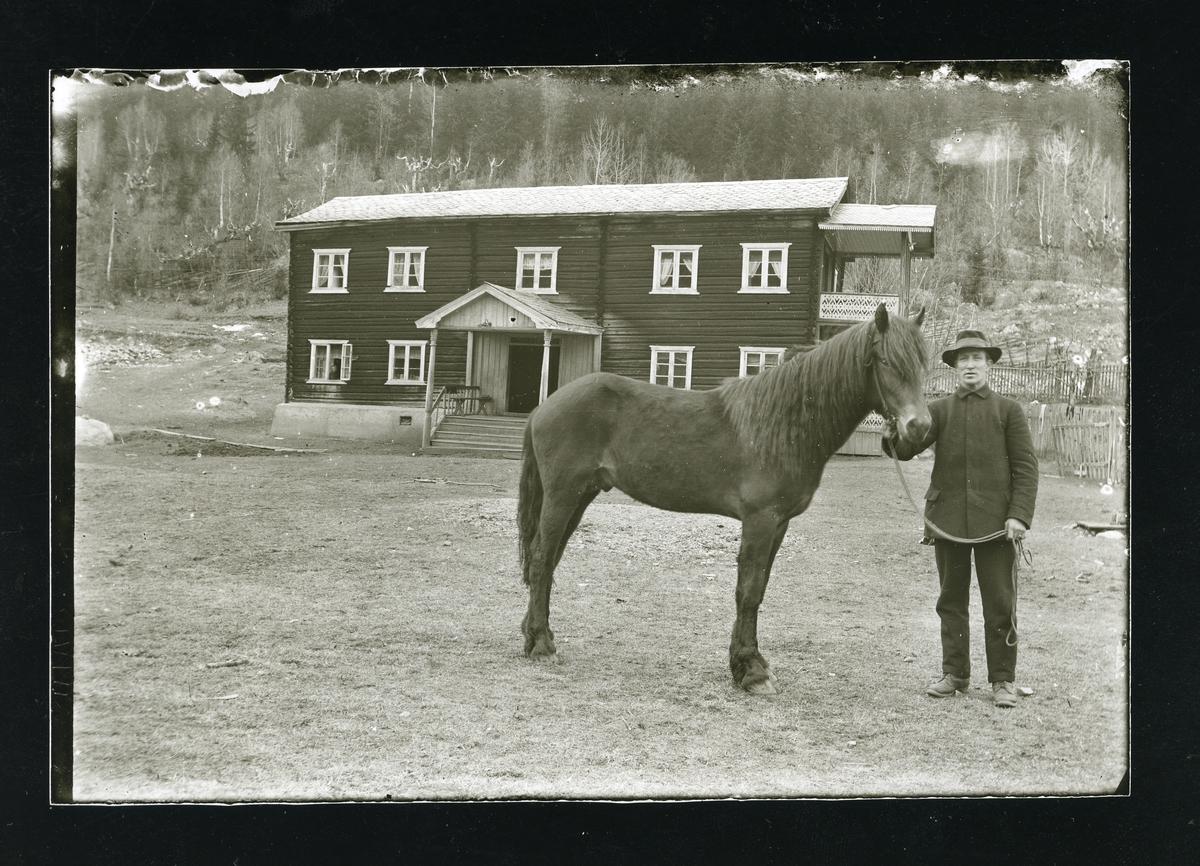 Georg Langedrag sammen med hesten sin på Langedrag.