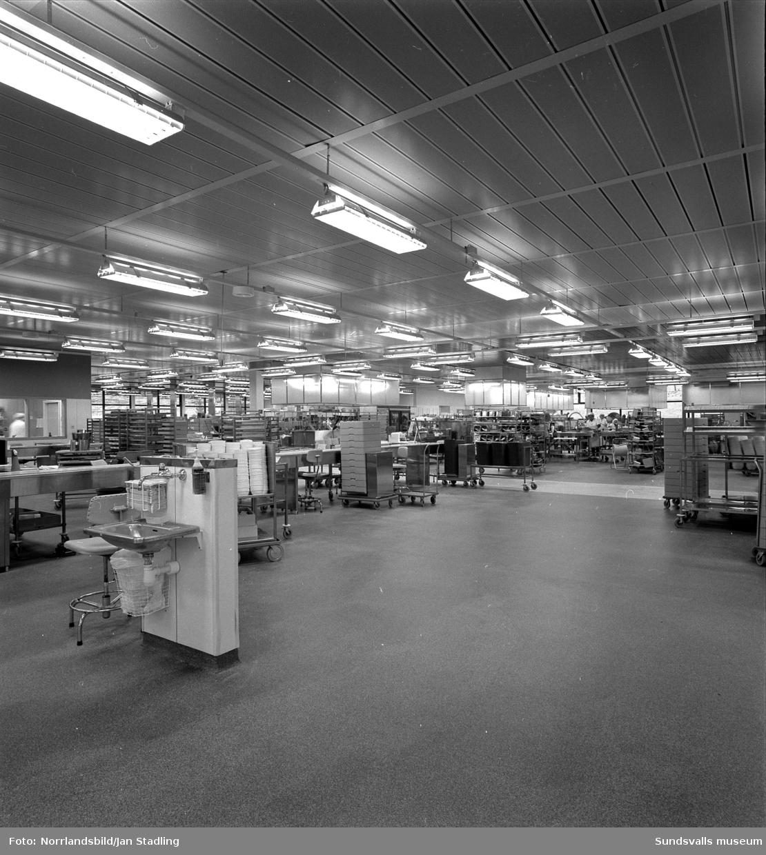 Matsalar och centralkök vid Sundsvalls sjukhus, fotograferat för tidningen Traktören.