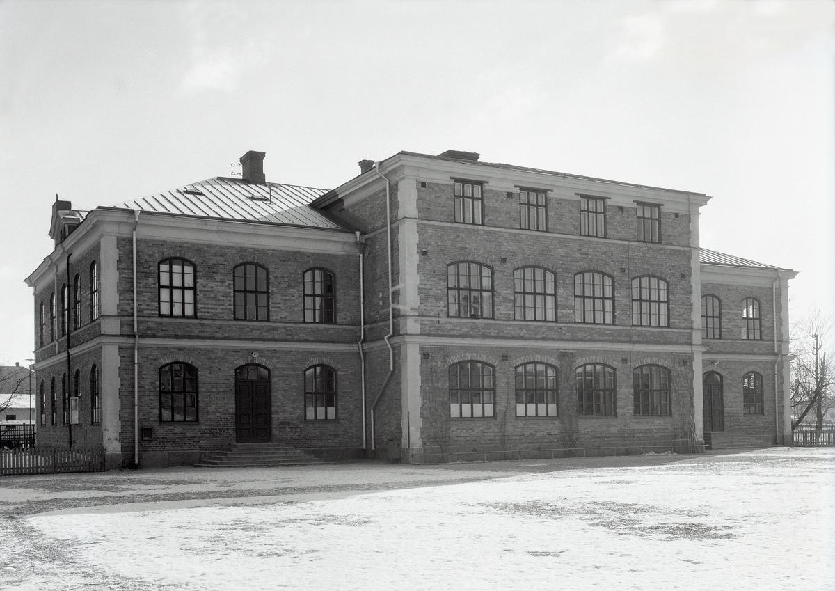 Tjäderskolans västra fasad år 1944. Skolan invigdes den 8 november 1892.