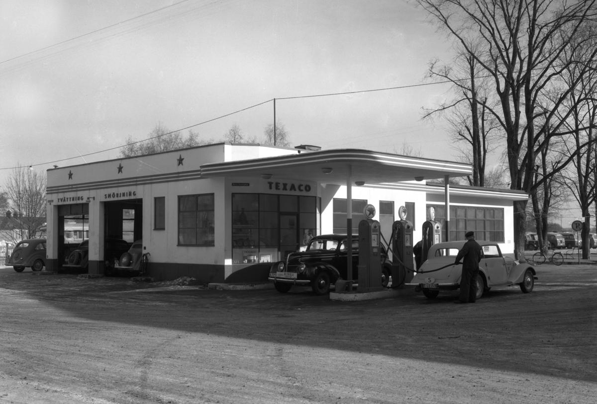 Texaco bensinstation på nuvarande bibliotekshustomten i hörnet Västra Torggatan–Norra Strandgatan. Bilden tagen 1947.