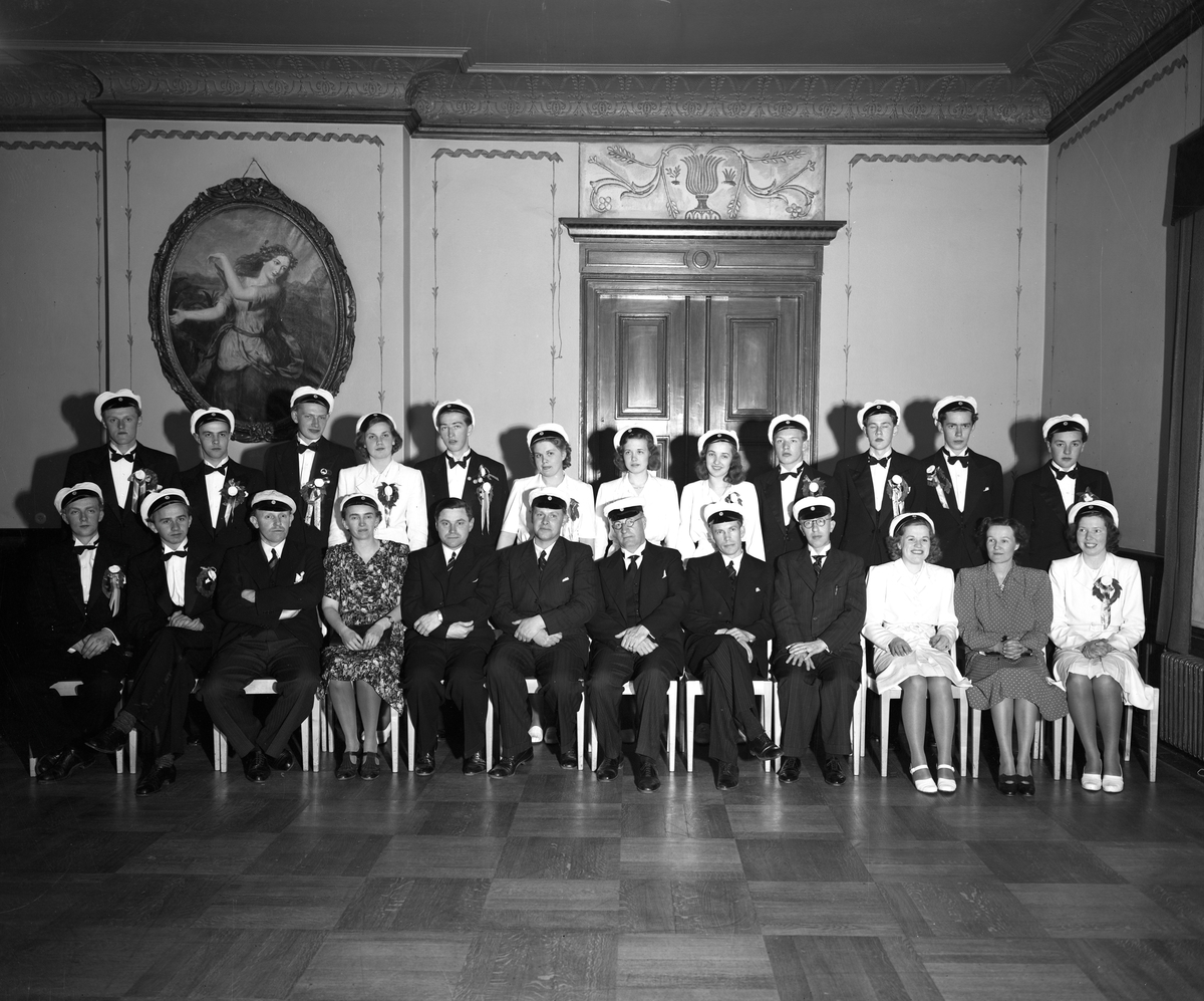 1944-års studenter med lärare firar examen på Arvika stadshotell.