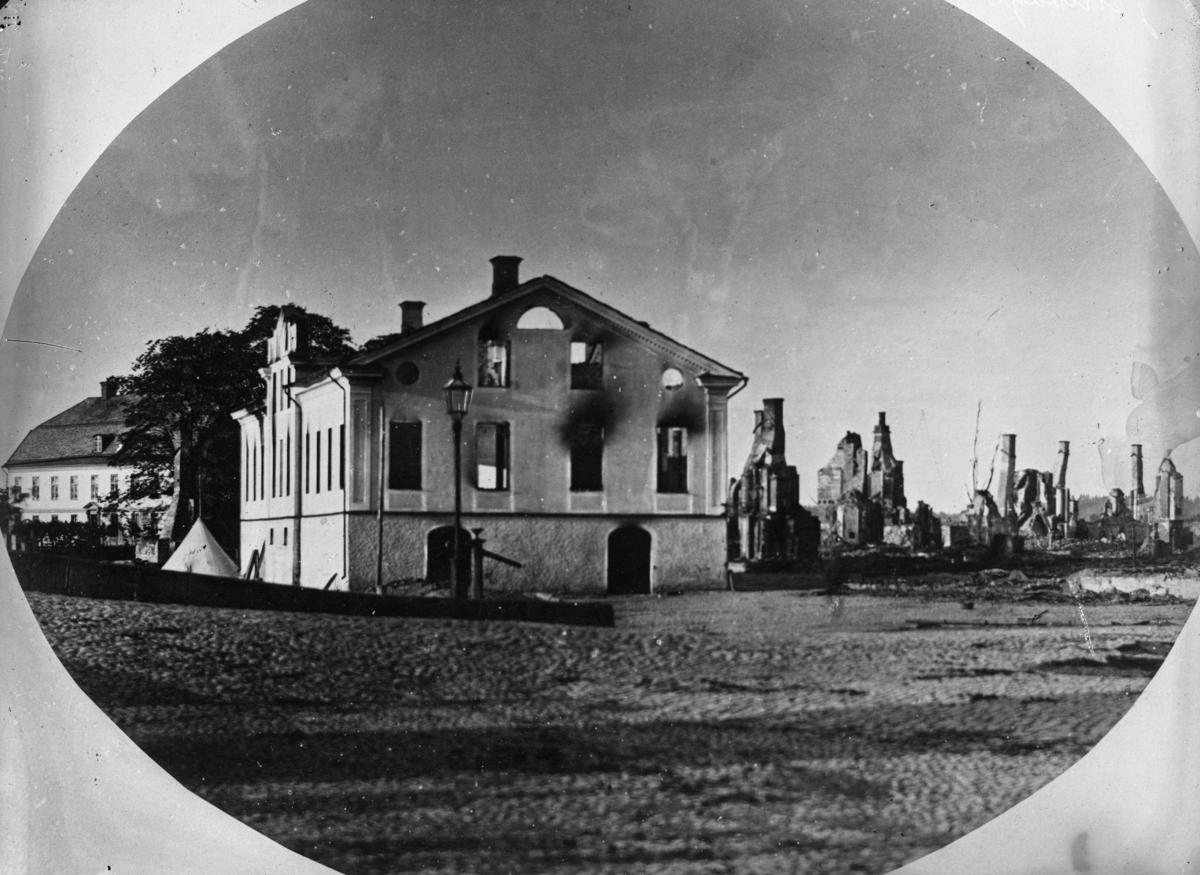 Karlstad efter branden 1865: Järnvågen längs kajen framför nuvarande Statt och Biskopsgården till vänster. Fotot togs av Bernhard Elis Hallberg (1830-1894), verksam i Karlstad från 1858 och ett tiotal år framåt. Senare i livet blev han gasverkskamrer.
