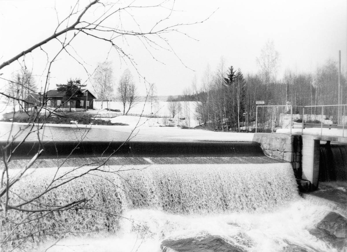 Vintermotiv fra Hakadal verk, med Verksdammen og fossen, sett fra Greveveien.