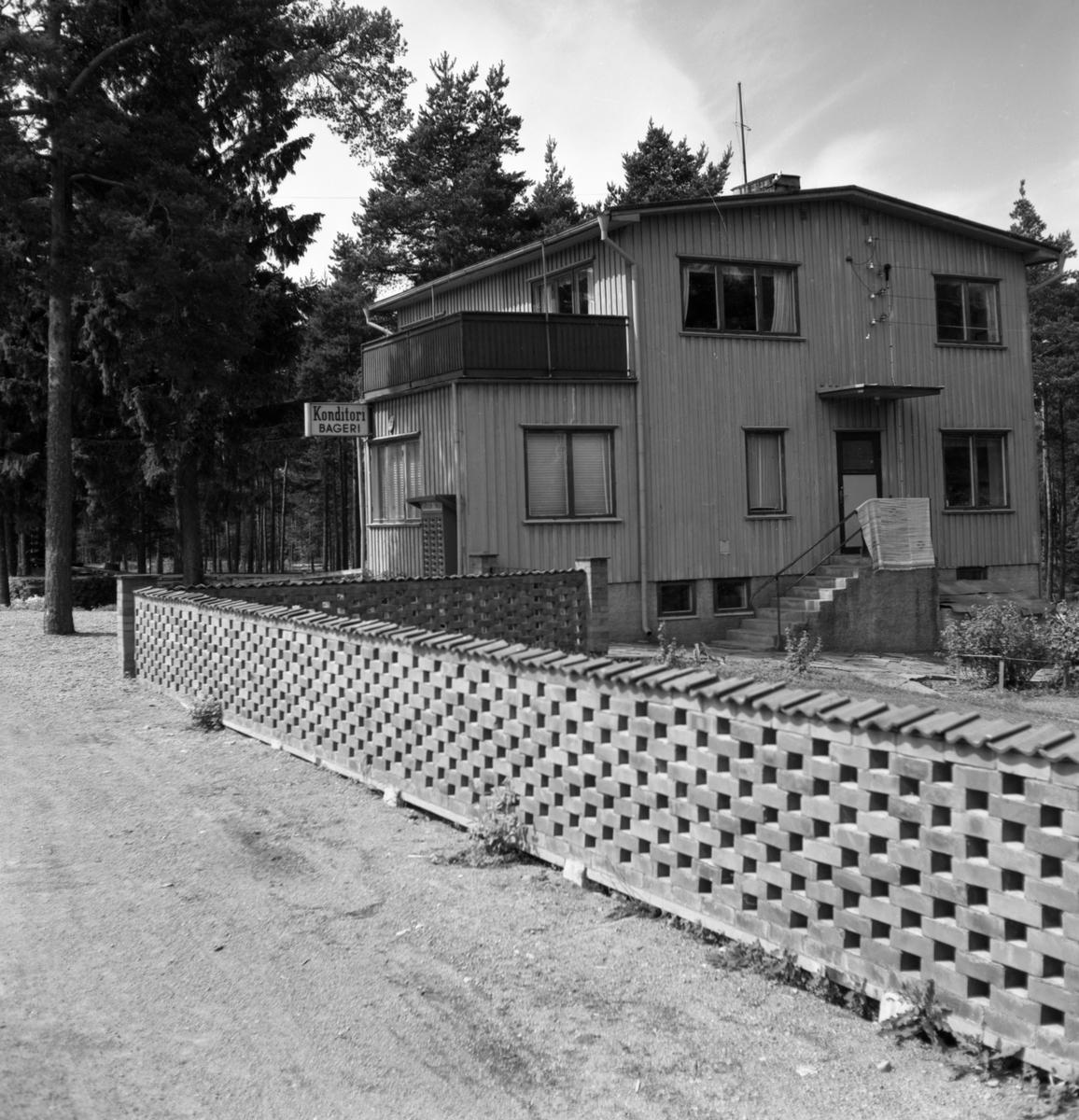 Någonstans i Värmland - från slutet av 1950-talet: Skattkärr. Lämna gärna en kommentar om du vet något om bilden.