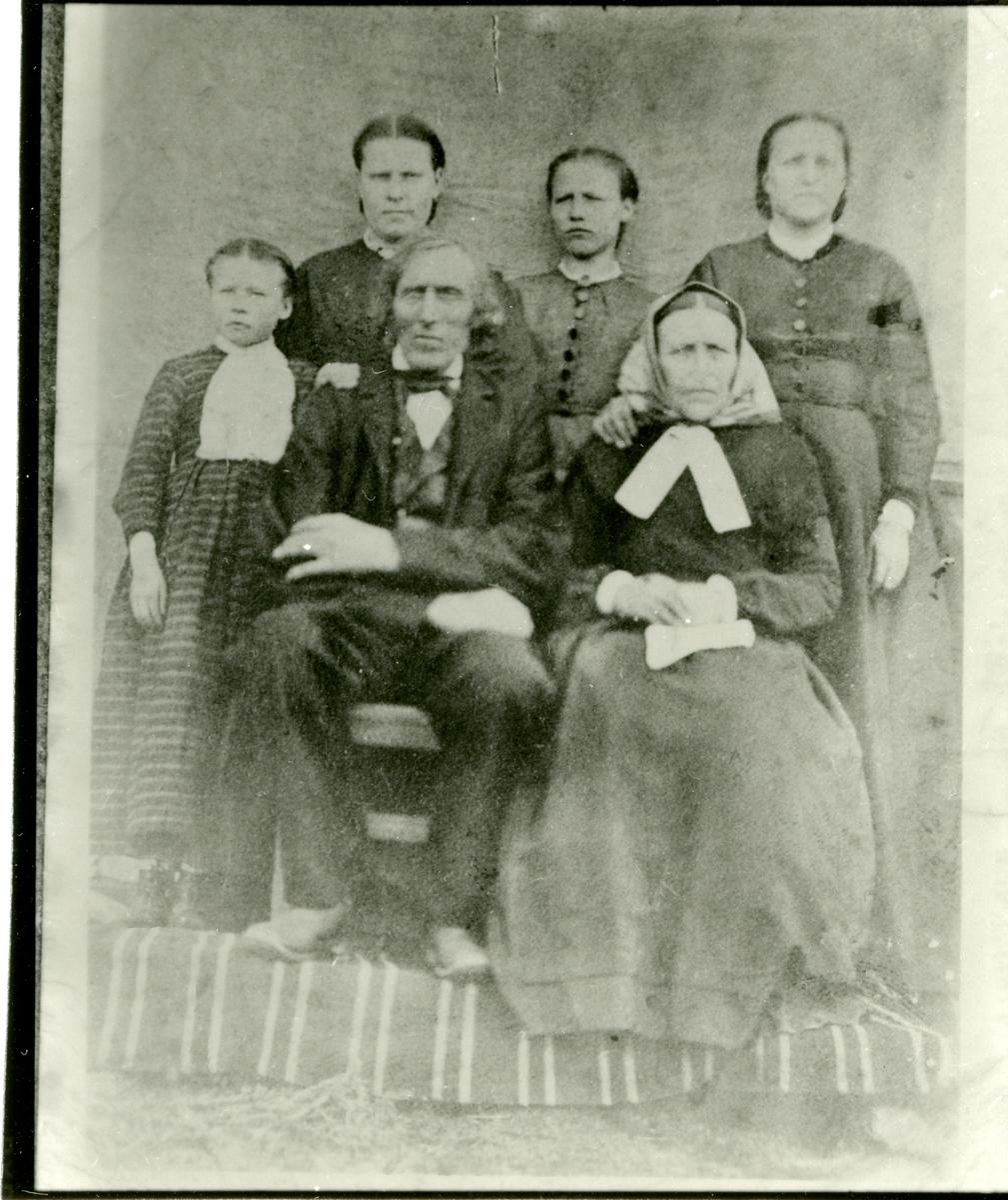 Familieportrett av Per Listrud og kona Gunhild, sammen med barna.