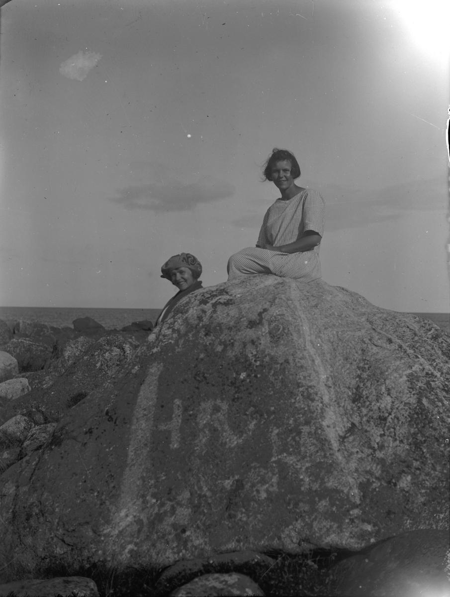 Unga kvinnor på sten