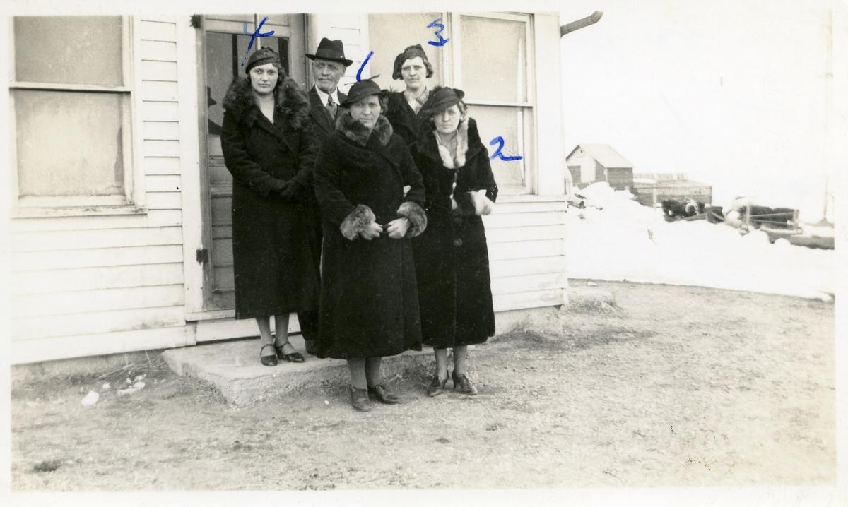 Martin Lunda avbildet med 4 døtre,fra venstre Ella, Mattie, Minnie og Alma. Martin er kledd i dress, slips og hatt. Døtrene har alle lange mørke kåper med pelskrage.