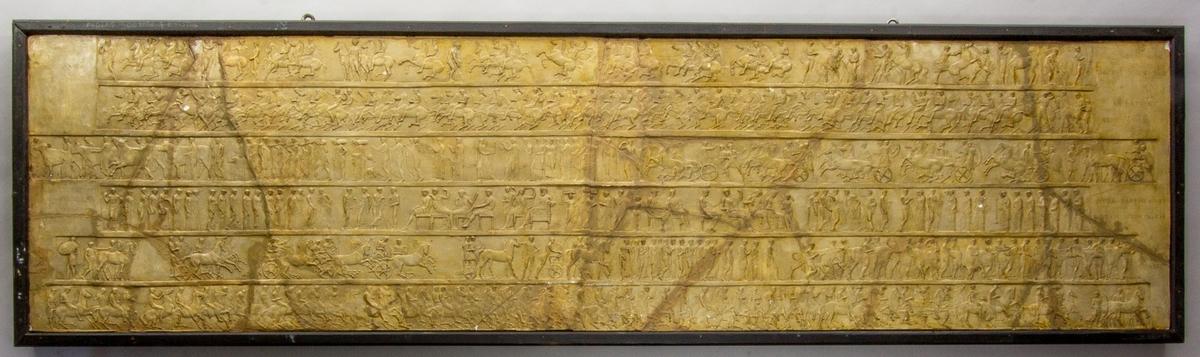 Ett myller av figurer, kvinnor och män i antika dräkter, oxar, hästar, vagnar med mera. Motivet placerat i sex avlånga friser.