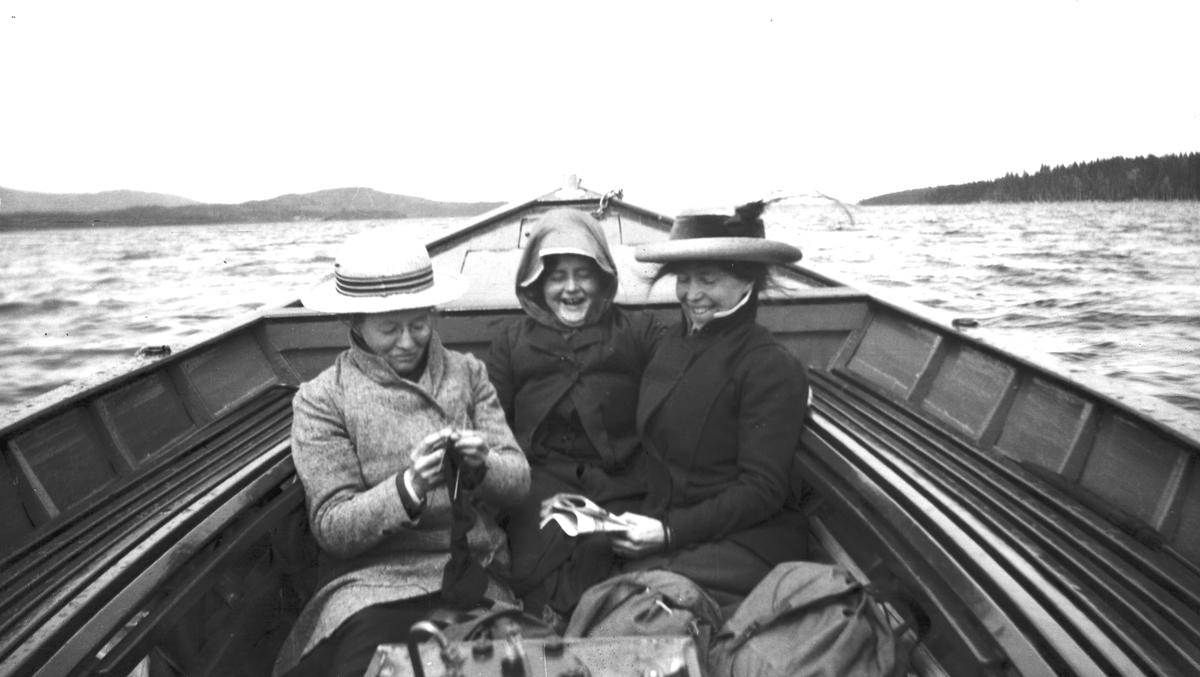 Tre kvinnor i båt.