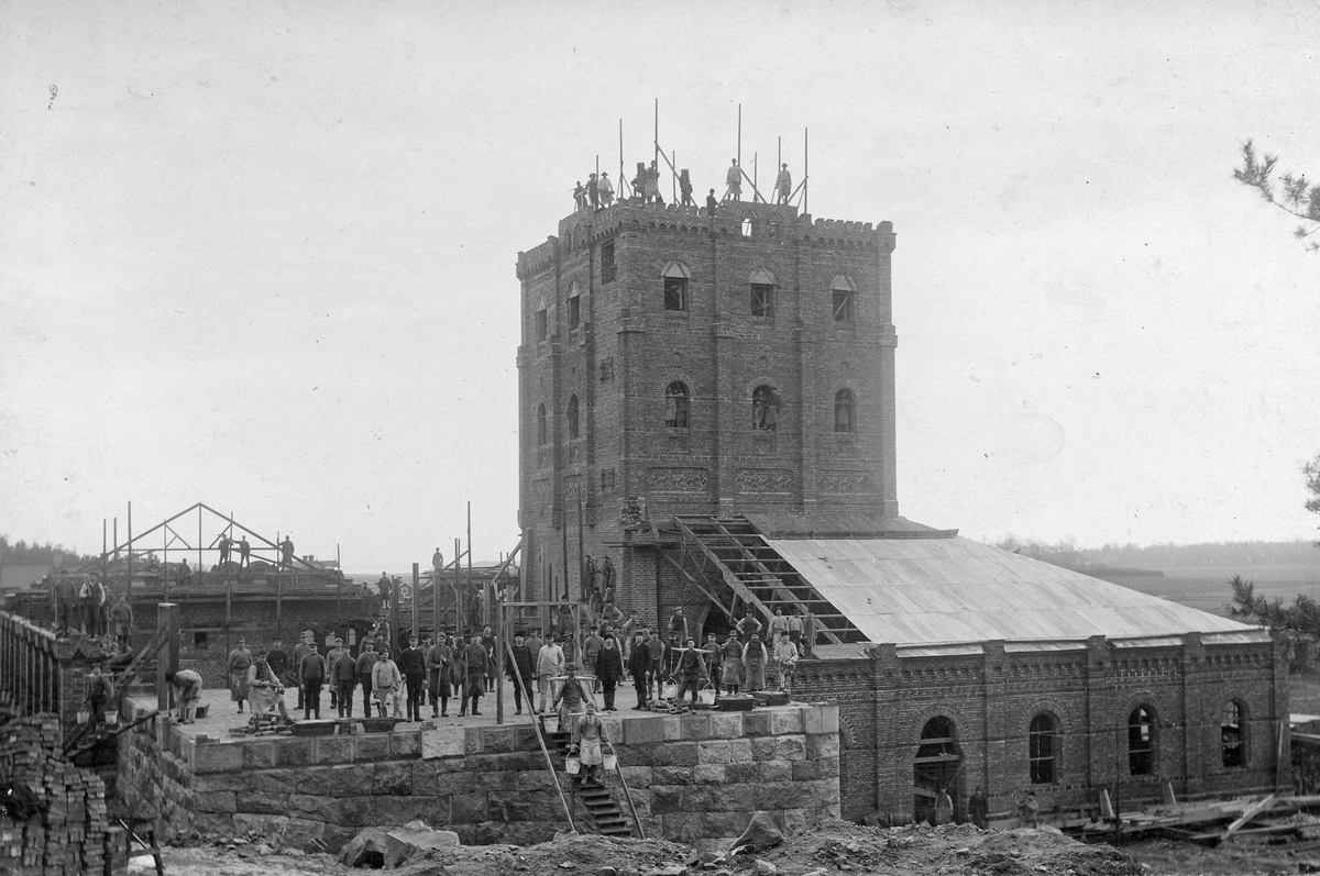 Köpings Hytta under byggnad 1890-talet. Riven 10/7 1940.