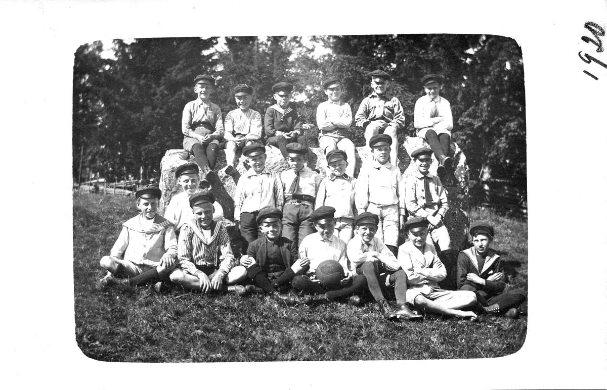 Skolutflykt i Norsa hage 1920
