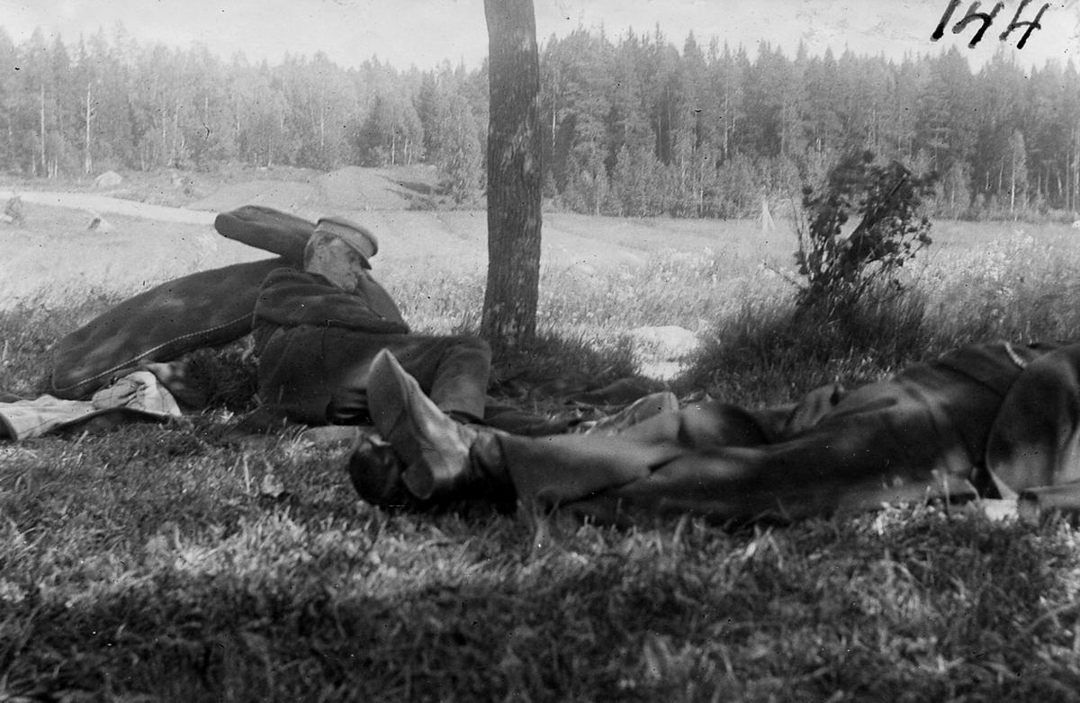 PA Dandernell och JE Östman tar sig en tupplur i det gröna.