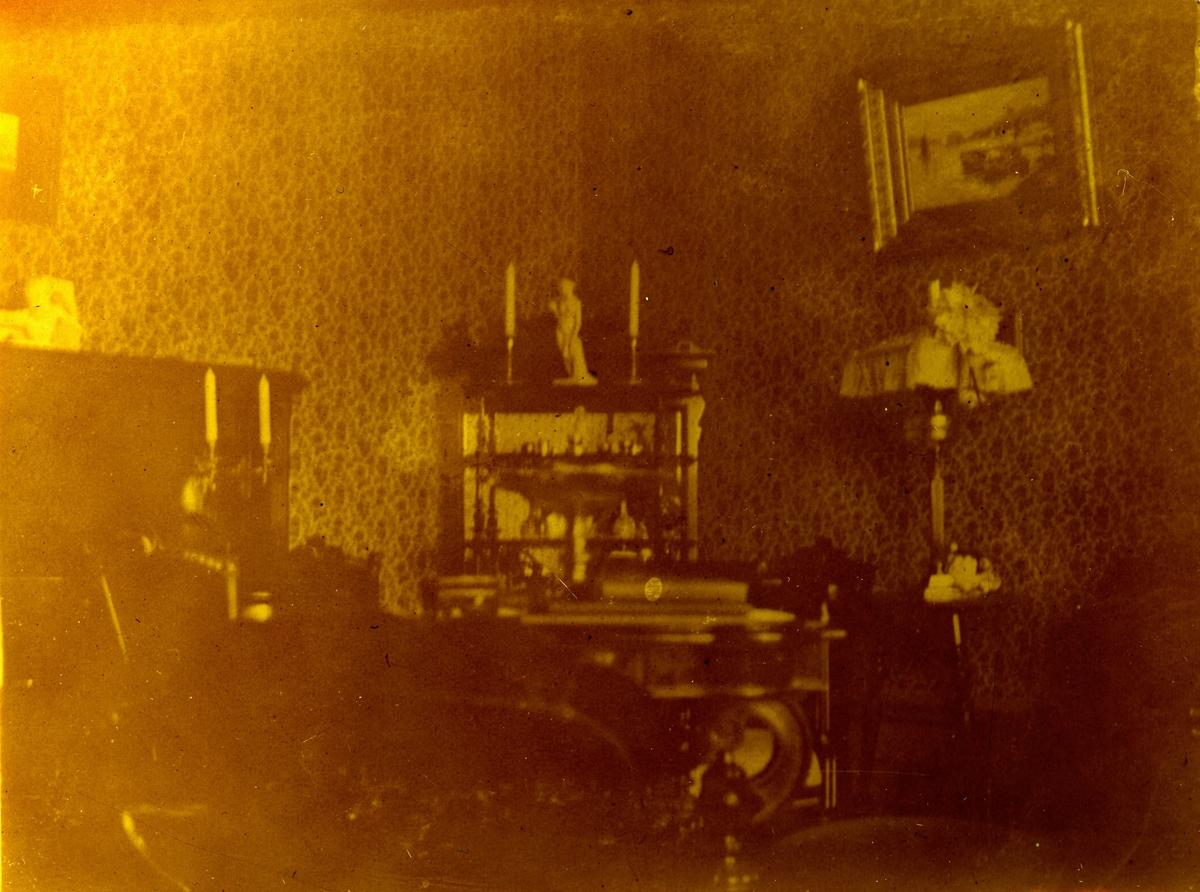 Interiör från ett rum. Fotograf Alfred Bergendahl. Givare H Bergendahl.