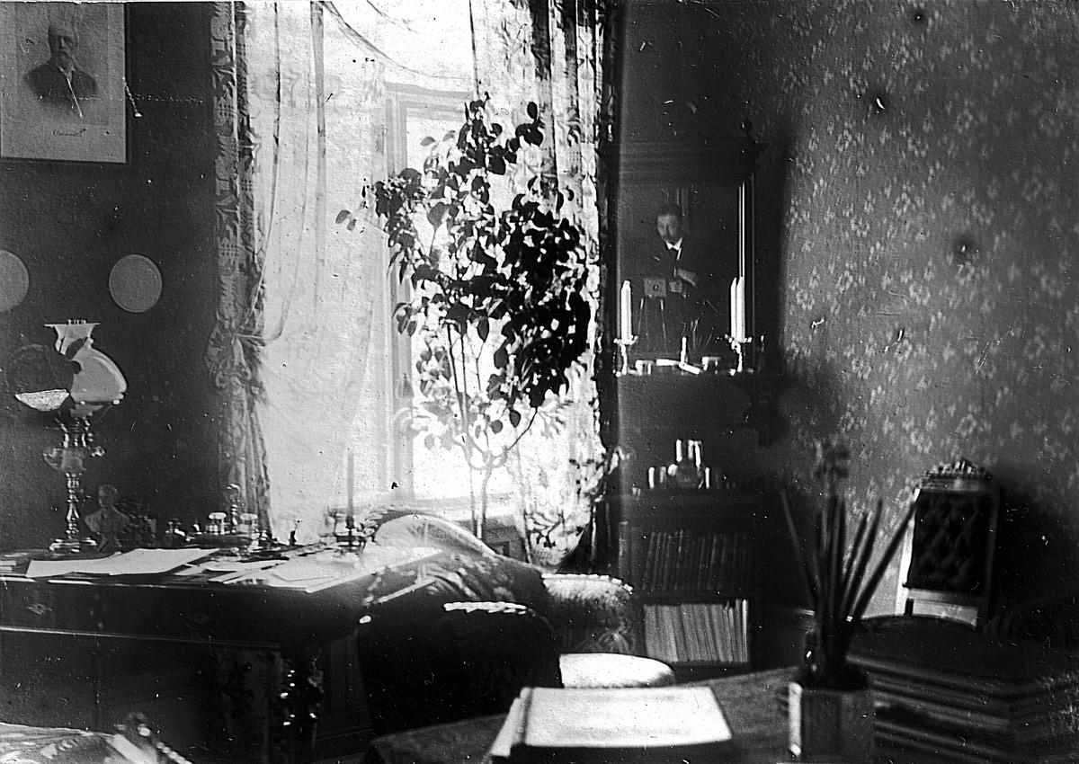 Interiör av ett rum. Fotograf Alfred Bergendahl. Givare H Bergendahl.