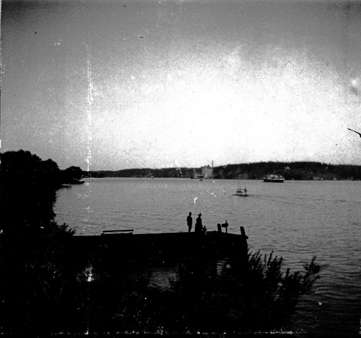 En kvinna och en man på en brygga. Fotograf Alfred Bergendahl. Givare H Bergendahl.