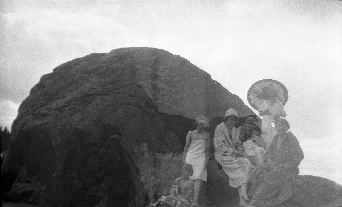 Badscen från Rullsand vid Brämen. Från vänster Lilian Holmstedt, arrendatorns dotter Eva Lundberg, Anna Larsson, Elna Brundin och hennes döttrar. Foto 1927.