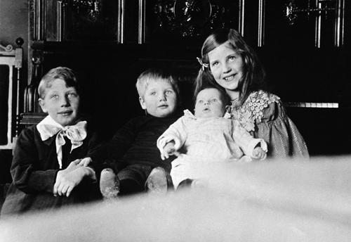 Kirsten er 4 år og passer på sine småsøsken Ole, Lasse og Karen Marie