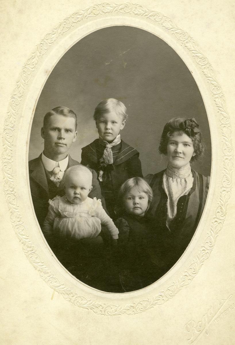 Portrett av familien Rise. I Amerika